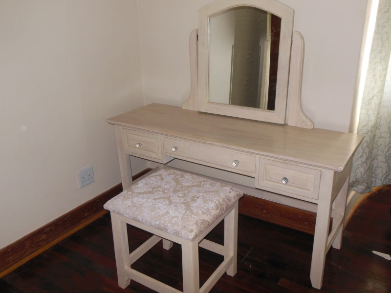 Laura dressing table and stool